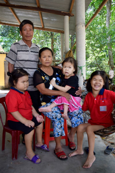 Mr. Ngo Gia Hue, Mrs. Thanh Thi Thao and their three daughters (from left to right: Toan b. 1997, Nhan b. 1991,  Huong b. 1984)