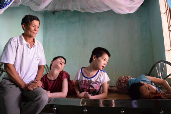 Mr. Le Thanh Duc, and daughters (Phuong, Nho, Lanh)